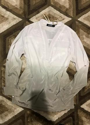 Хлопковая рубашка на запах двухцветная белая свободного кроя накладные карманы