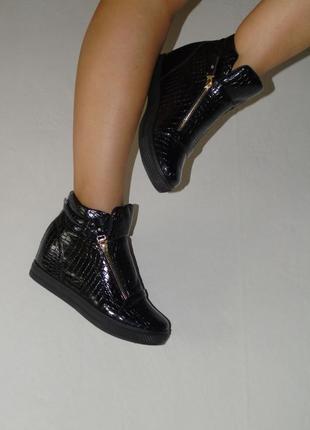 В наличии классические ботинки сникерсы