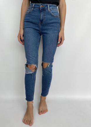 Порванные женские джинсы