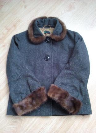 Стильное шерстяное пальто с норковой отделкой.