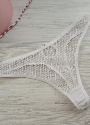 Базовые белые трусики стринги из крупной сетки с вырезом сзади