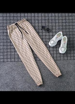 Актуальные джоггеры с текстом. крутые брюки. стильные штаны