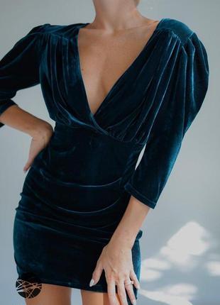 Бархатное платье с глубоким вырезом