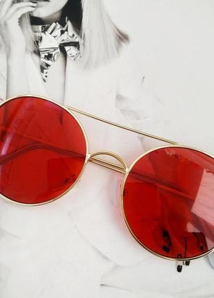 Солнцезащитные  круглые очки с цветной линзой красный в золоте