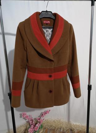 Короткое пальто с карманами на подкладке