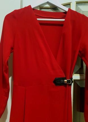 Красное эффектное платья