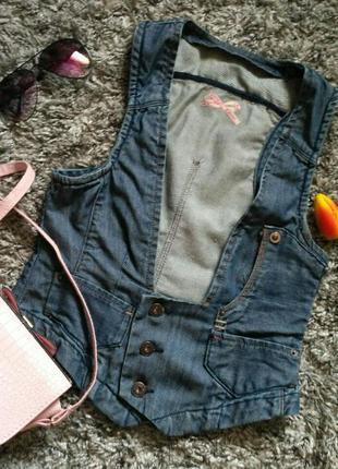 Красивая джинсовая жилетка под грудь.