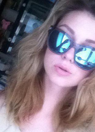 Яркие солнцезвщитнные очки с голубыми зеркальными стеклами