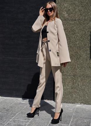 Женский бежевый деловой костюм с длинным жакетом (3983 jdnn)