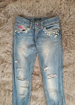 Крутые фирменные джинсы рваный эффект камни бусины