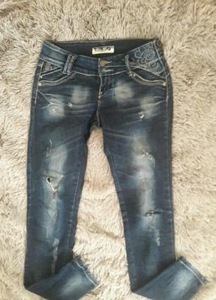 Красивенные джинсы темно синие тертые рваные
