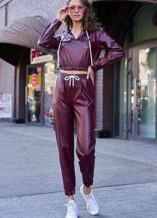 Женский спортивный бордовый однотонный костюм из экокожи (3991 msmd)