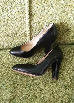 Базовые туфли лодочки с острым носом и устойчивым каблуком