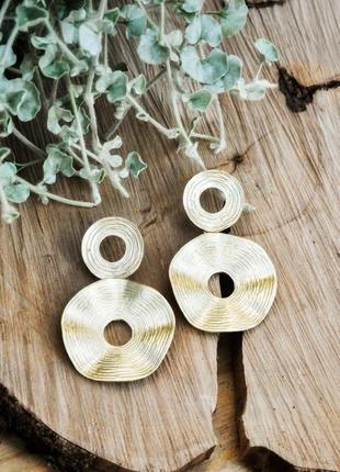 Стильные модные серьги из матового золота