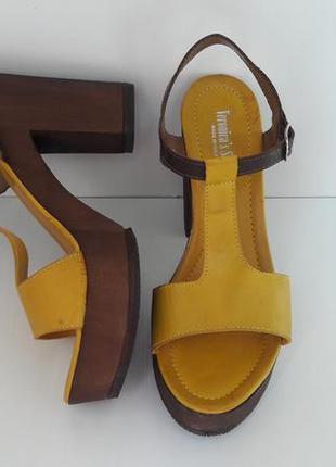 Итальянские кожаные желтые босоножки на платформе  (размер 39-40  )5176