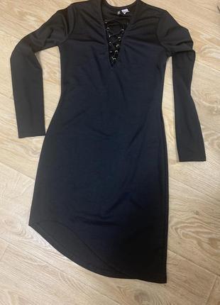 Чёрное платье с переплетами на груди