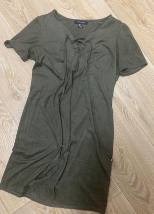 Шикарное платье с переплетами на груди цвета хаки