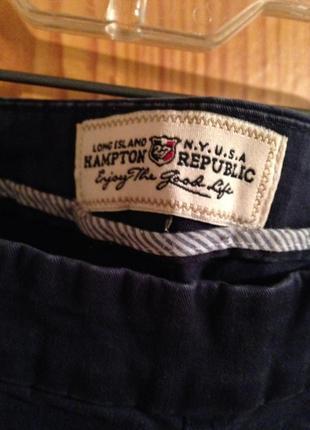 Темно синего цвета заужены брюки