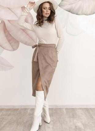 Бежевая замшевая юбка на запах