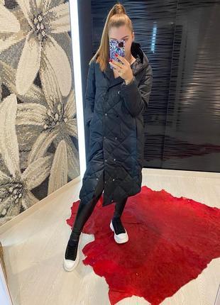 Стеганое длинное пальто с капюшоном