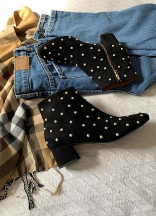Крутые кожаные внутри замшевые снаружи ботинки на каблуке в жемчужины