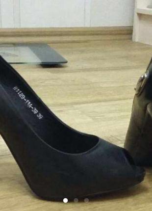 Шикарные кожаные туфли.