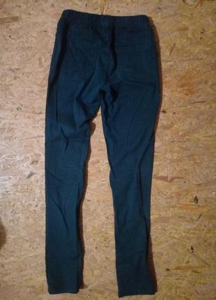 Узкие зеленые штаны на высокой талии