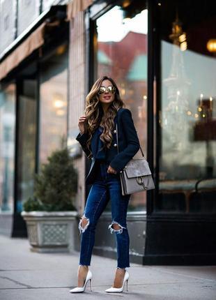 Плотные джинсы с дырками потертостями на коленях
