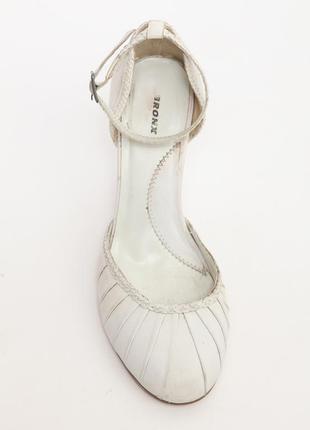 Белые открытые туфли из натуральной кожи