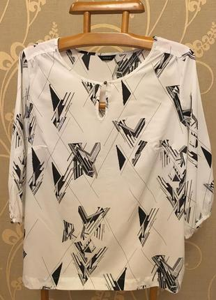 Очень красивая и стильная брендовая блузка большого размера.