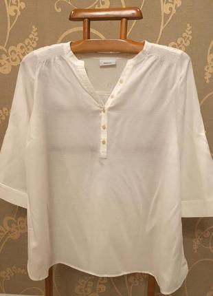 Очень красивая и стильная брендовая блузка белого цвета.