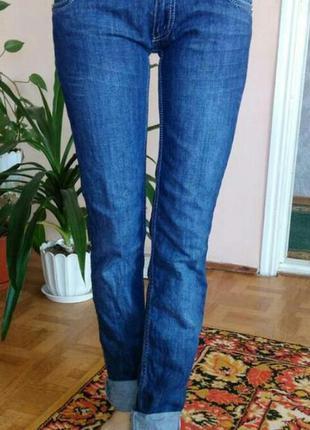 Зауженные стильные джинсы с нашивкой