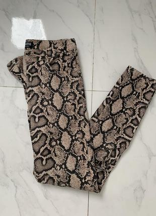 Zara джинсы под змею змеиную шкуру