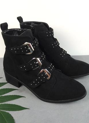 Ботинки на маленьком каблуке с пряжками от new look