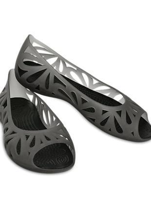 Black adrina iii peep-toe flat crocs кроксы женские босоножки