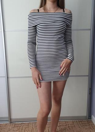 Платье в рубчик на плечи