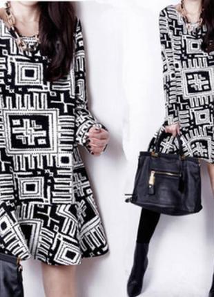 Чёрное платье с геометрическими фигурами