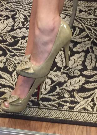 Лаковые туфли с красной подошвой