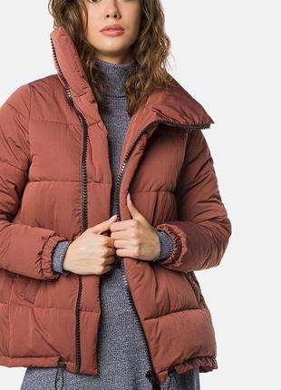 Демисезонная куртка (пуховик) свободного кроя с высоким воротником терракотового цвета