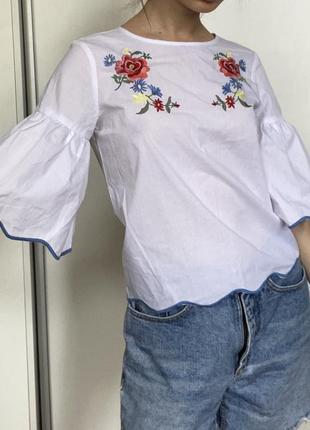 Белая рубашка с цветочной аппликацией. calliope