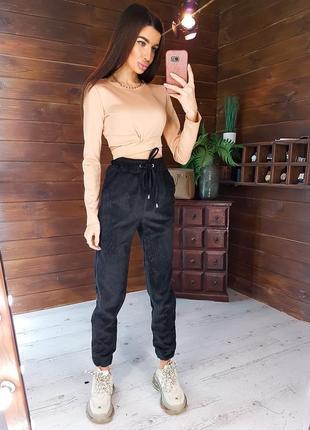 Костюм комплект: черные вельветовые брюки джоггеры и бежевый топ с переплетом