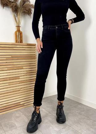 Новые стильные джинсы красивого насыщенного цвета