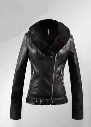 Стильна молодіжна шкіряна курточка з коміром з штучного хутра.