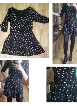 Короткое черное платье с белым принтом