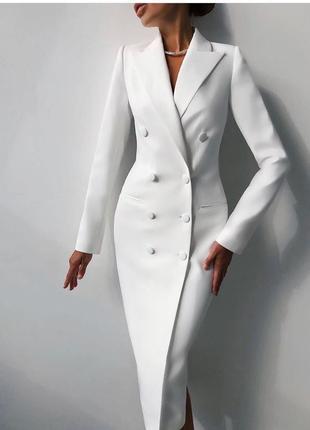 Удлинённое белое платье-смокинг