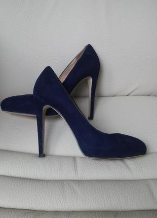 Шикарные замшевые туфли фирмы attizzare