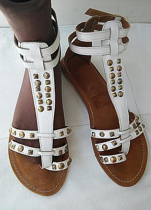Босоножки сандалии кожаные с заклепками.