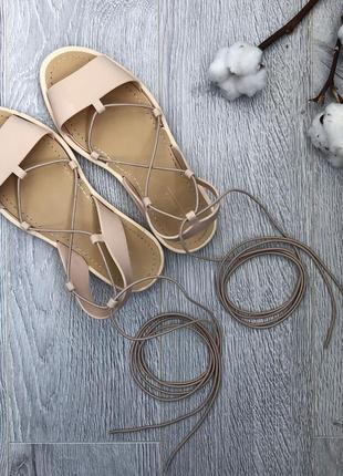 Стильные босоножки на завязках