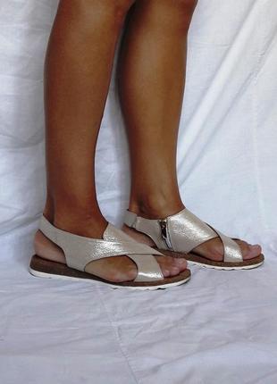 Кожаные бежевые пудровые сандалии