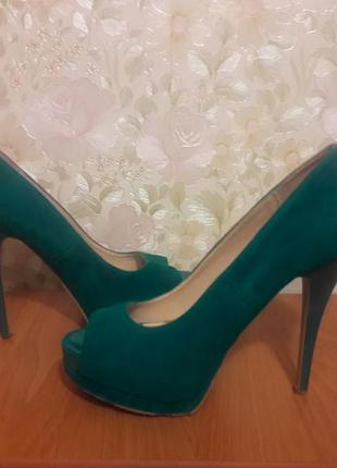 Бирюзовые туфли на каблуках